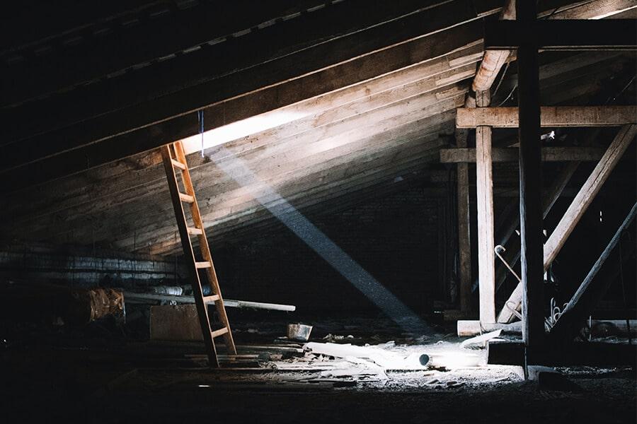 Dachbodenentrümpelung - Dachboden Räumung Berlin - Sperrmüll Abholen und Entsorgen