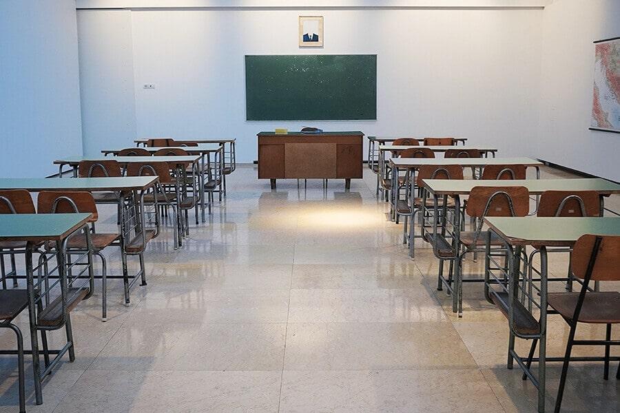 Schule Entrümpelung-Sperrmüll Abholung und Entsorgung, Tische entsorgen, Tafel entsorgen